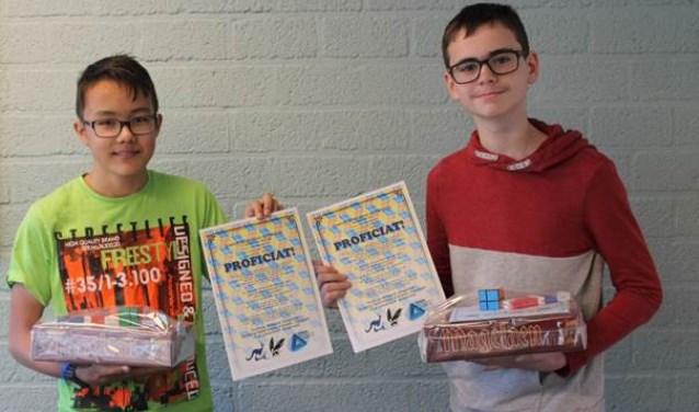 Gymnasiumbrugklasleerlingen Michiel (l) en Wouter (r) behoren bij de wereldwijde wiskundewedstrijd W4Kangoeroe tot de beste 200 leerlingen van Nederland.