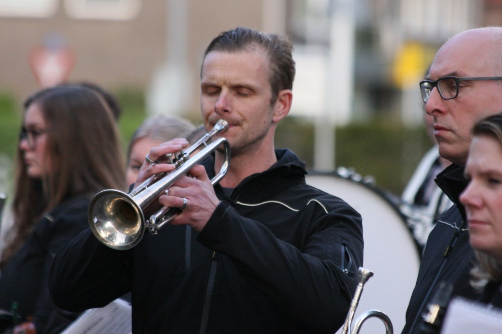 De Last Post door trompettist van Harmonie St. Caecilia. Foto: Eveline Zuurbier  © Persgroep