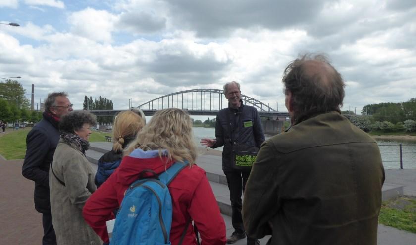 Gids Ron Burgers (in het midden) staat tijdens de wandeling uitgebreid stil bij de John Frostburg. (foto: Marnix ten Brinke)