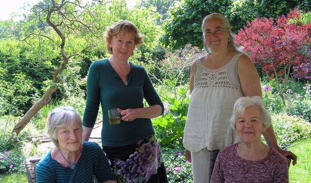 (vlnr) Margriet, Hester, Els en Jose in de tuin van het Sareptahofje.
