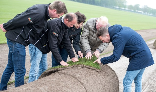 Algemeen directeur Frank van Mosselveld is onlangs samen met hoofdaannemer Van Wijlen op bezoek geweest bij Hendriks Graszoden. Foto: Thomas Palmen