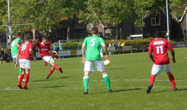Ook dit schot van DFC zou tegen Kogelvangers geen goal opleveren. DFC verloor en moest zo de koppositie in de derde klas afstaan aan stadgenoot Wieldrecht.