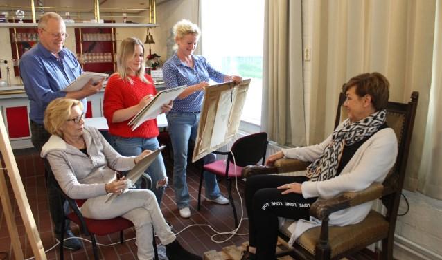 Monique, Christ, Rebecca en Annemarie hopen op nieuwe leden om met elkaar te tekenen en schilderen. Foto Wendy van Lijssel