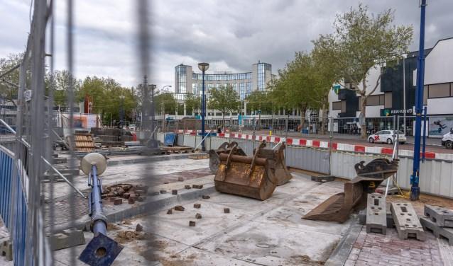 Donderdag gaat het plein dicht voor auto's en  wordt begonnen met de bouw van de fietsenkelder. (foto: Frans Paalman)