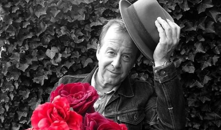 In de loop der jaren heeft Leo de Vlieger zo'n dertig nummers in het Nederlands geschreven. Zondag zingt hij bij het Parkpaviljoen.
