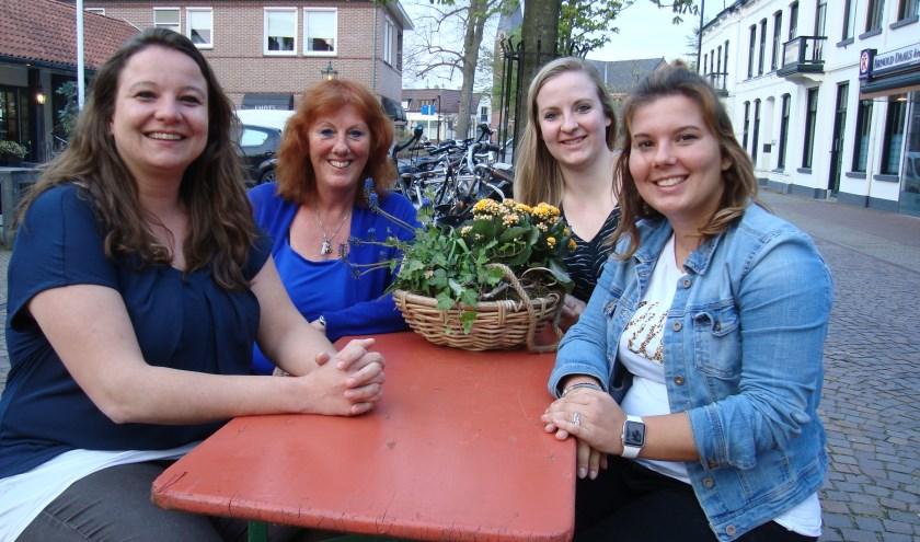 Vlnr: Heleen Nijweide en Wilma Wiggers (Wadd'nvakanties) en de PABO-studenten Sharon Bronsvoort en Anouschka Hietkamp. (Foto Betty Wassink)