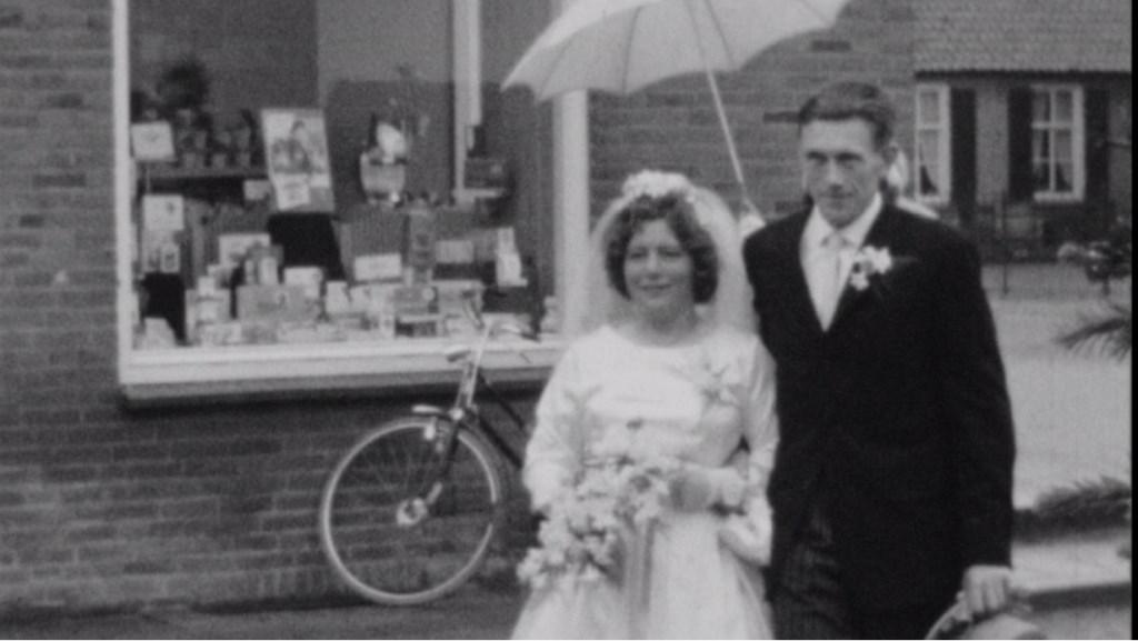 Het is een regenachtige voorjaarsdag als de filmploeg van Johan Adolfs in 1964 Groessen aandoet.