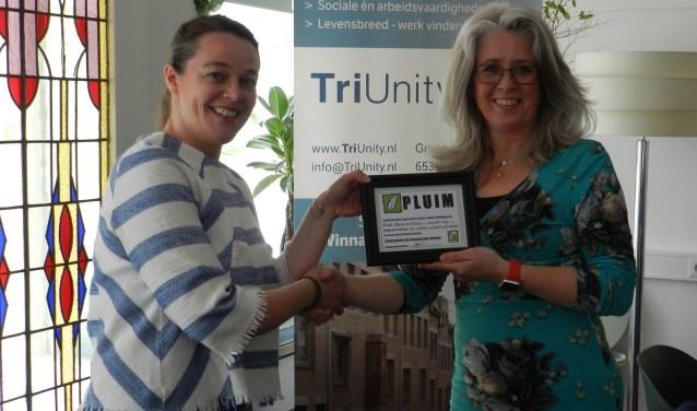 Rianne Jansen voorzitter van Stichting Op Eigen Tenen overhandigt de PLUIM aan Mireille Hopman oprichtster van TriUnity
