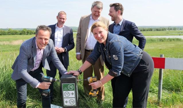 Rutger van Stappershoef (links) opent samen met collega-wethouders uit Rivierenland en directeur Alex Kwakernaak van Uiterwaarde het Fietsroutenetwerk.