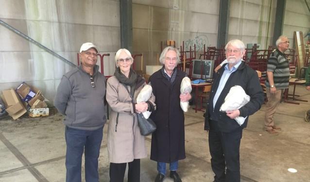 Sew Soekhlal uit Suriname en de 90-jarige Jon Hagen (uiterst rechts) met zijn vrouwe en zijn broer Rien die geboren is in Suriname.