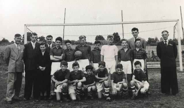 Een oude elftalfoto uit het zwartwittijdperk.