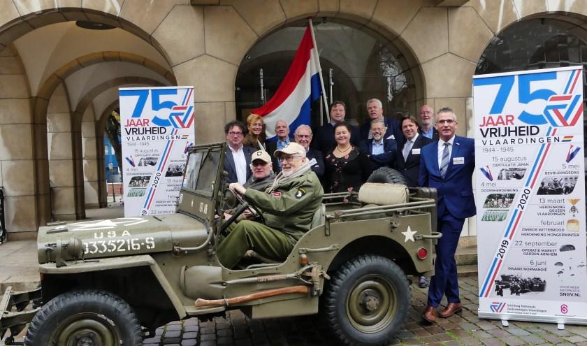Rechts Jan Wilmer, bijgestaan door een comité van aanbeveling uit de Vlaardingse samenleving, om 75 jaar bevrijding te vieren (FotoPeter Spek)