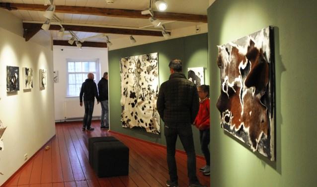 Bezoekers bekijken werken van Sibyl Heijnen, een belangrijk onderdeel van de nieuwe expositie in het museum. (foto: Voerman Museum Hattem)