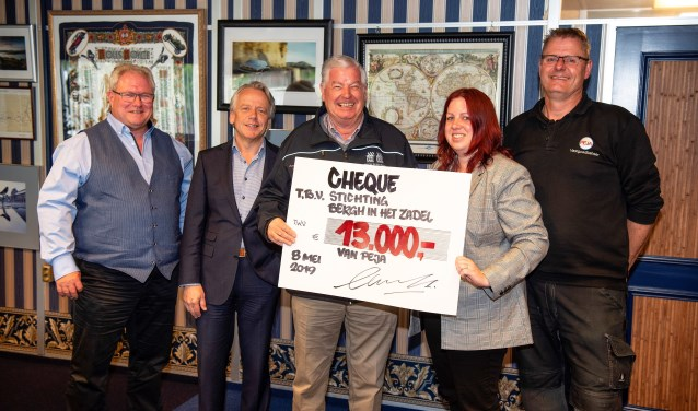 De cheque-overhandiging met v.l.n.r. Erik Rosendaal, Hans van Tartwijk, Wim Hendriksen, Tamara van den Brink en Ron Lusing