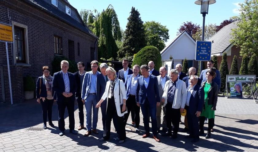 De delegatie op de grens bij Rotering in Oldenkotte.