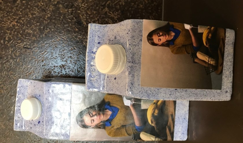 Melkmeisjes van keramiek: Pakken melk van Wilma Ritsema-Hollande.