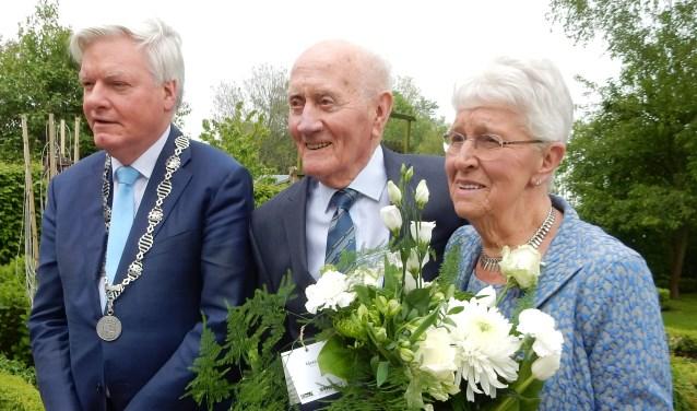 Tom Koeleman en Truus Kroft worden voor hun zestigjarig huwelijk vereerd met een bezoek van burgemeester Frans Buijserd.