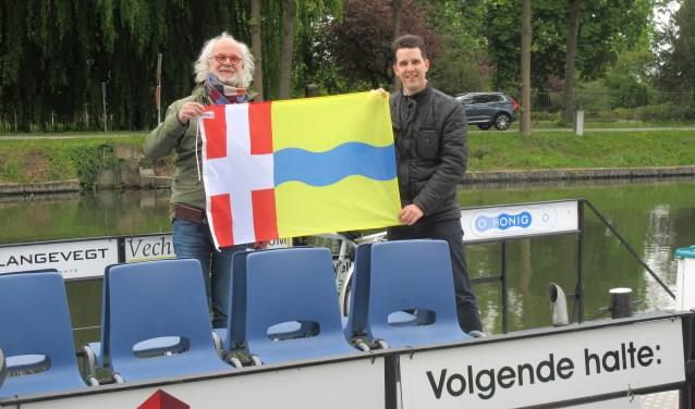 Het vaarseizoen van de Fietsboot is geopend. Op de foto: schipper Leo Vonk en wethouder Maarten van Dijk. Tekst en foto: Ria van Vredendaal