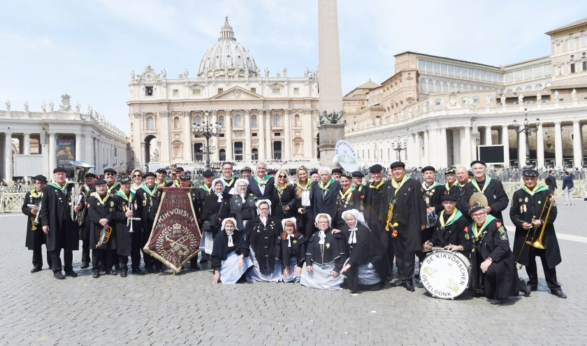 Komische Folkloristische Fanfare De Kikvorschen op het Sint-Pietersplein in het Vaticaan, met vooraan de vrouwen in pofferkledij. Foto: Henk van Esch