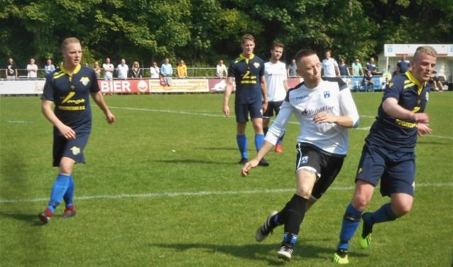 Aron de Keijzer (voorgrond, wit shirt) maakte op assist van Mark van Agteren al snel de openingsgoal van Wieldrecht dat gelijkspeelde (2-2) maar op doelsaldo koploper bleef.