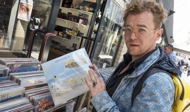 """Schrijven gaat voor stadsdichter Wibo Kosters niet alleen over gevoel of een soort van goddelijke inspiratie. ,,Je gaat niet uit het raam staan staren en wachten tot de muze binnenloopt"""", lacht hij. (foto: Auke Pluim)"""