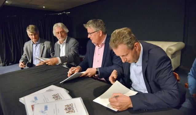 Jur Huizenga en Frans van Petegem (l) van LiBel en John van Echtelt (r) van de SBML ondertekenen met wethouder Jocko Rensen (m) de beheersovereenkomst van De Vaart. (Foto: Paul van den Dungen)