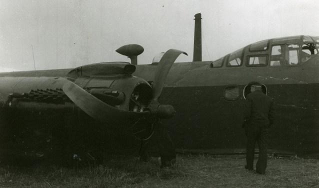 Gecrasht vliegtuig, type Stirling van het 570e squadron van de (Britse) Royal Air Force bij de Groenendijk in Haren, gemeente Oss (24-09-1944). (fotograaf: Leo van den Bergh, collectie gemeente Oss/Stadsarchief)
