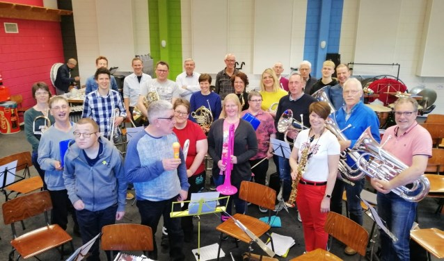 Op de speciale repetitieavonden vormen muzikanten van Eendracht Aalten een meespeelorkest en worden de gastmuzikanten van Estinea op allerlei muzikale vlakken uitgenodigd en -gedaagd mee te doen.