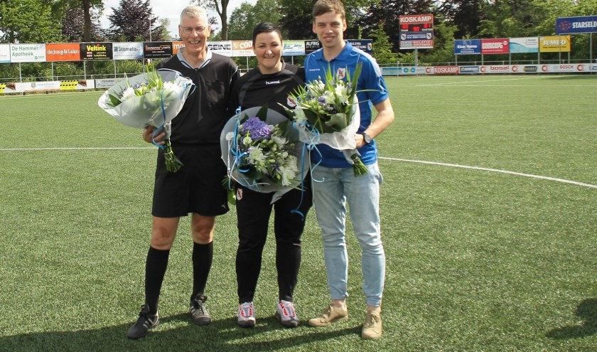 Vlaggenist Henk van Leussen, verzorgster Loes Otten en assistent trainer Dennis Kolkman namen afscheid. Foto: hvds