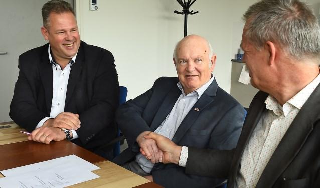 Vlnr: Mike Broekenhuizen, Henk Wanders en Peter van de Wardt ondertekenen de gezamenlijke intentieverklaring. (foto: Roel Kleinpenning)