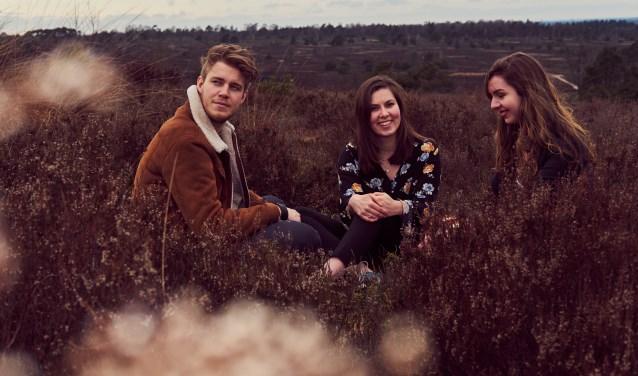 Lovers & Lions bestaat uit - van rechts naar links - Hester Kirkels (zang/gitaar), Rosalie Meijer (zang/ukelele) en Leroy Helledoorn (zang/gitaar). Woensdag 29 mei presenteren hun eerste EP in Concordia.