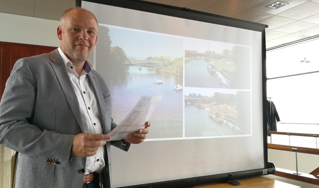 Olaf Hanno laat in het Delta Hotel met trots weten, dat de vier elektrische sloepen eigendom zijn geworden van Waterpoort (FotoPeter Spek).