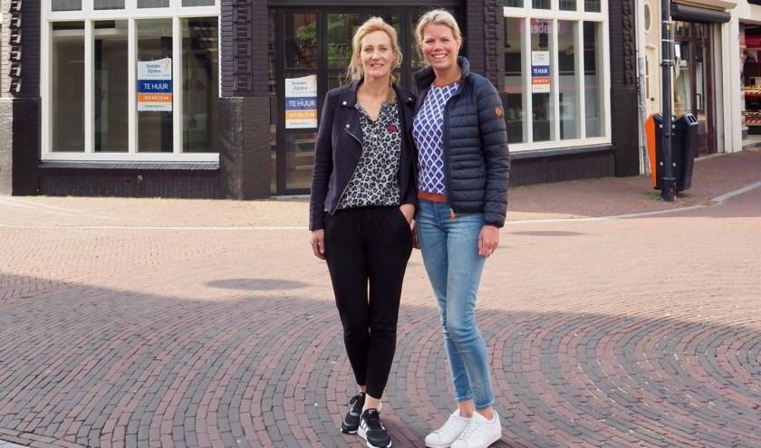 Voorzitster Ilse Kruiders-Hazewinkel en Janneke Hoogwijk van Ladies' Circle Oldenzaal voor de locatie aan de Deurningerstraat waar op 24 en 25 mei de pop-upstore wordt geopend.