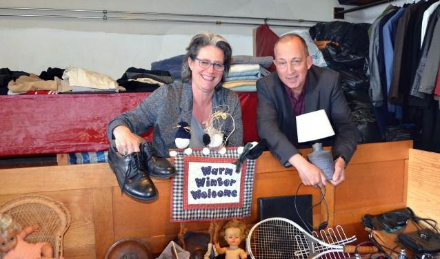 Jasha Garritsen en Rob van Herwaarden in de nog aan te passen weggeefwinkel van De Windwijzer (Foto Frans Assenberg).
