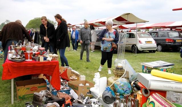 Aan de vlooienmarkt in Park Lingezegen deden tweehonderd standhouders mee. Eind juli is er weer een. (foto: Kirsten den Boef)
