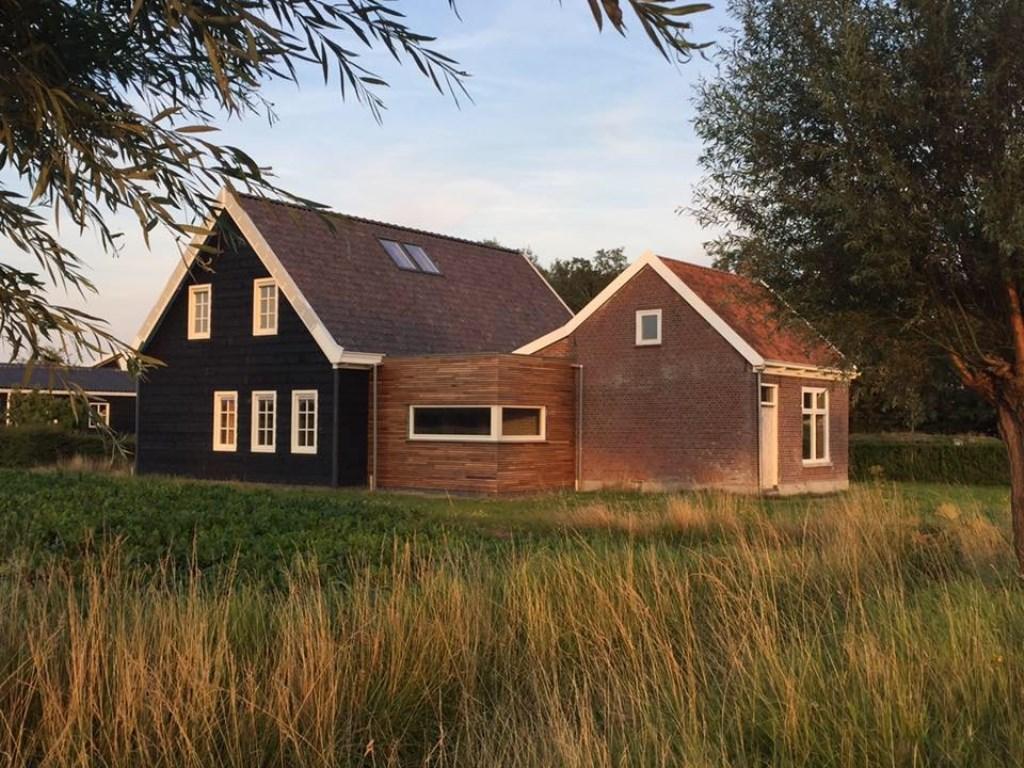 Hubert en Yaiza besloten gefaseerd een aanbouw aan het kleine huisje te maken. FOTO: Hubert Tieleman  © Persgroep