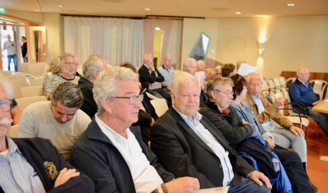 De inwoners van Lingemeer vinden de bijeenkomst een groot theaterstuk en gaan vol onbegrip huiswaards