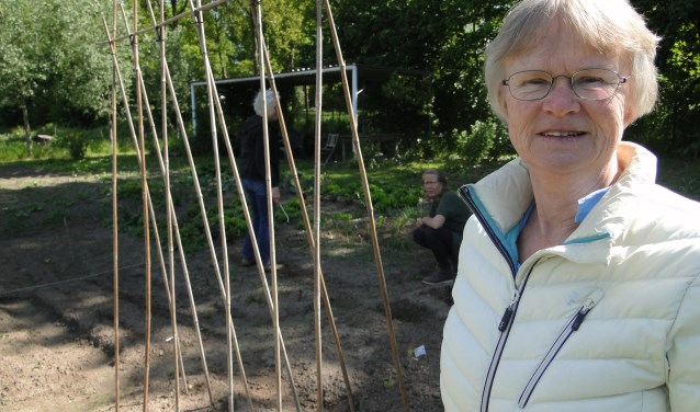 Petra Vervoort bij het complex van de buurttuinen Helbergen.