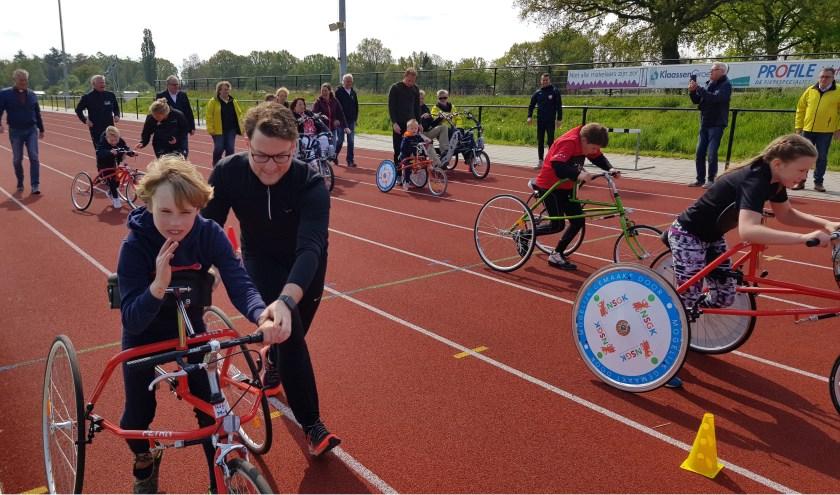 Kinderen starten voor een rondje op de RaceRunners, die nu bij atletiekvereniging Archeus officieel in gebruik zijn genomen.