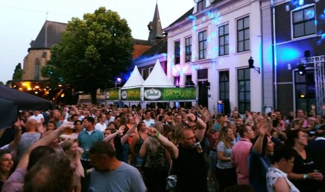 Het publiek geniet op de markt tijdens het Sjoksfestival. (Foto: Archief Sjoksfestival)