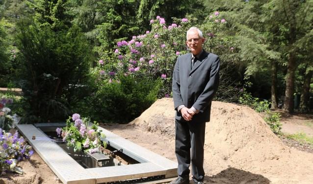 Tonny Kok bij een graf dat voor de Open Dag speciaal is gegraven. Foto: Arjen Dieperink