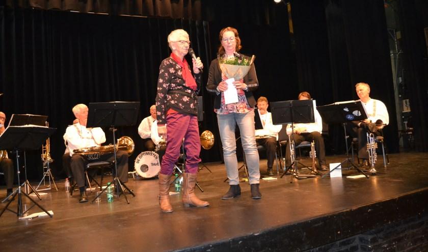 Moeder Jannie en dochter Ageeth op het podium bij de laatste Rode Kruis ontspanningsmiddag. (Foto: Karin Stronks)