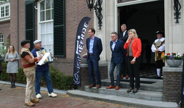 Hendik uut de Veldsiet en Driekus uut de Horsthoek onthulden het raadsel voor het zichtbaar verraste college. Foto: Tineke Dijkink