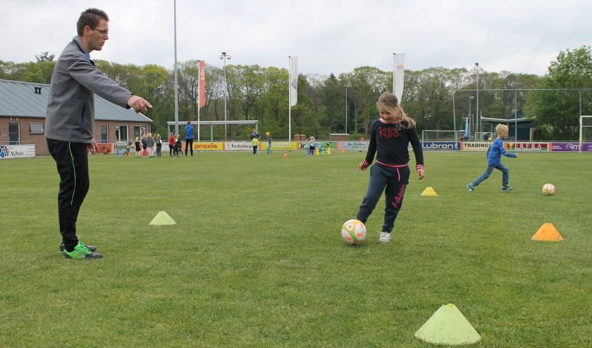 Kinderen uit Geesteren konden vrijdag kennismaken met de verenigingen uit het dorp.