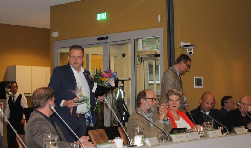 Een bos bloemen voor Paul Eykelkamp, hij nam dinsdagavond afscheid als gemeenteraadslid van de VVD Aalten-Dinxperlo.