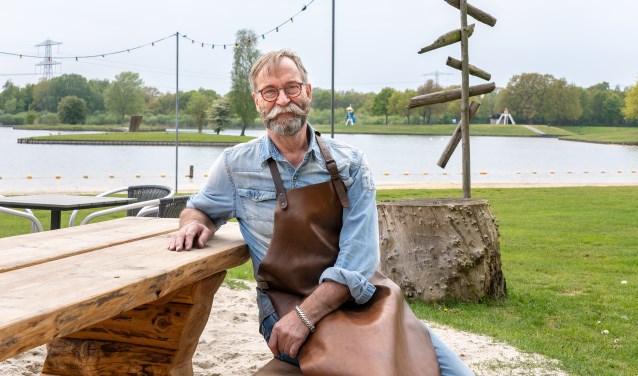 Eef Nieuwlaar is de exploitant van het Strandpaviljoen en de initiator van het WK (Wierdens Kampioenschap) barbecueën.