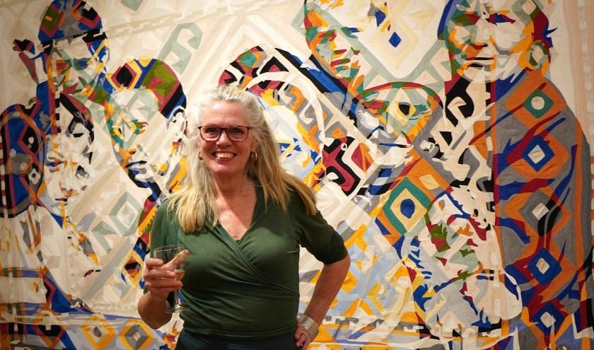 Barbara Broekman vertelde bij de opening over haar werk achter haar met miljoenen stiksteekjes.