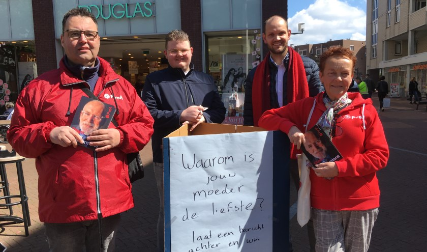 Leden van PvdA Nissewaard  in centrum.