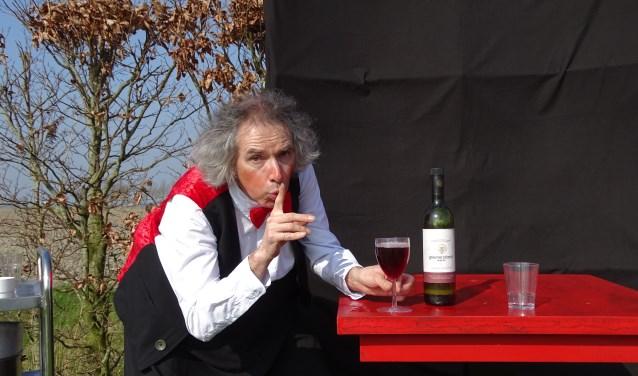 De tafel in het restaurant protesteert onder de handen van de onhandige ober Martin. Is hij niet wat vergeten? Foto: Totaal Theater