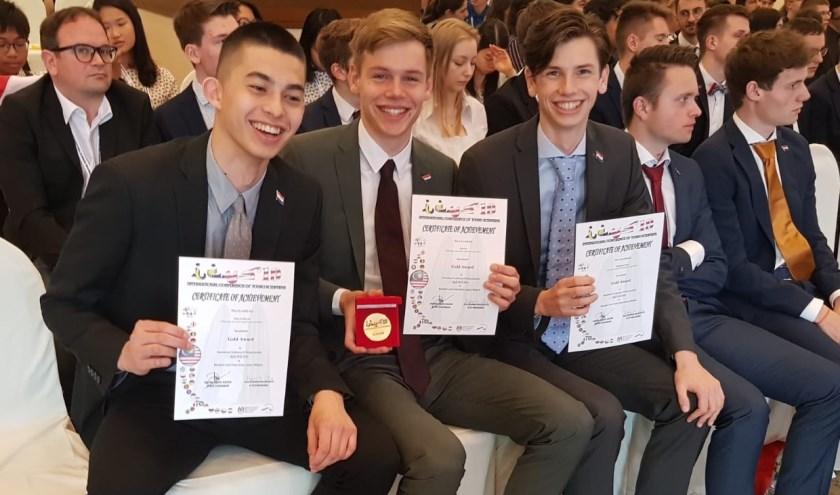 Niek van Heerde, Poul Nas en Sebastiaan Schols met de gouden medaille en certificaten.